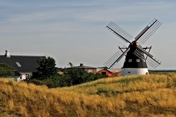 Pequeño molino de viento rural