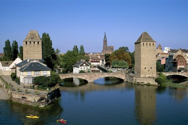 Puente de piedra en Alsacia (Estrasburgo, Francia)