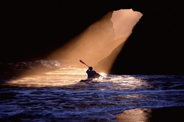 Piragüista buscando la luz