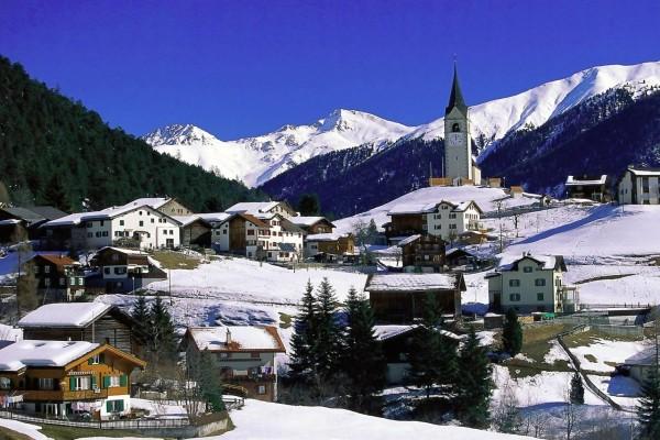 Aldea suiza en las montañas