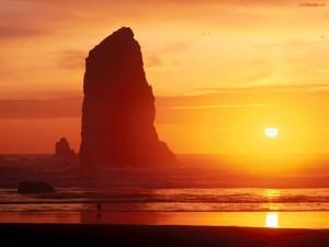 Pico rocoso en el mar