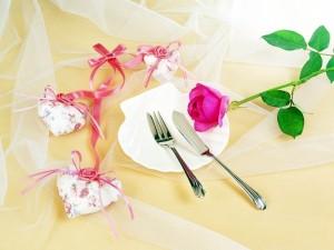 Mesa romántica con corazones y una rosa