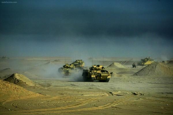 Tanques haciendo maniobras en el desierto