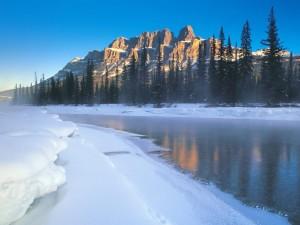 Nieve a las orillas de un río
