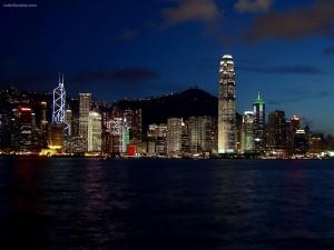 Luces nocturnas de la ciudad a pie de playa