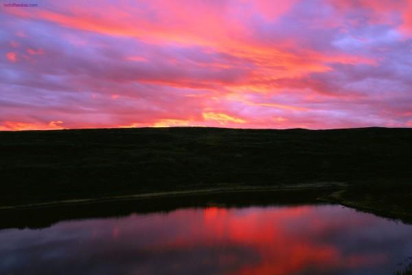 Cielo rojizo sobre un lago