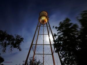 Torre de agua vista de noche
