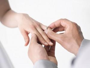 Postal: Poniendo el anillo a la novia
