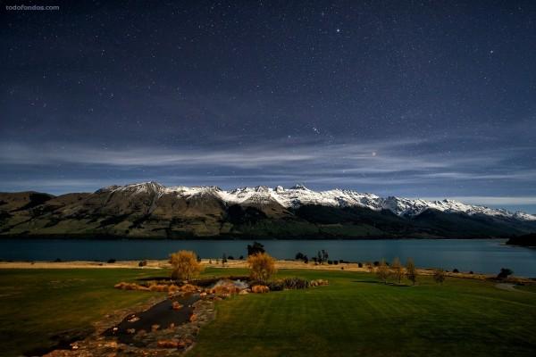 Lago Wakatipu bajo una noche estrellada (Nueva Zelanda)
