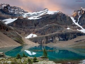 Postal: Un lago azul al pie de la montaña