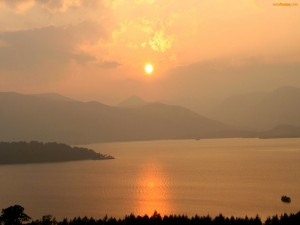El sol reflejándose en un lago