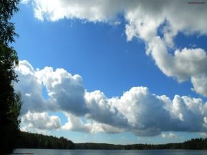 Postal: Nubes algodonosas en un cielo azul
