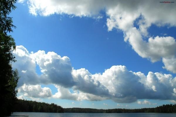 Nubes algodonosas en un cielo azul