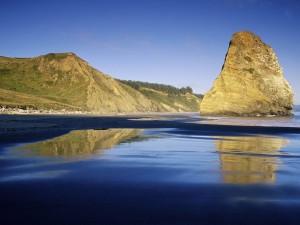 Formación rocosa en el mar