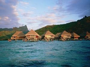 Cabañas sobre el mar en la Polinesia