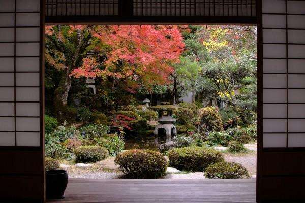 Vistas al jardín desde una clásica casa japonesa