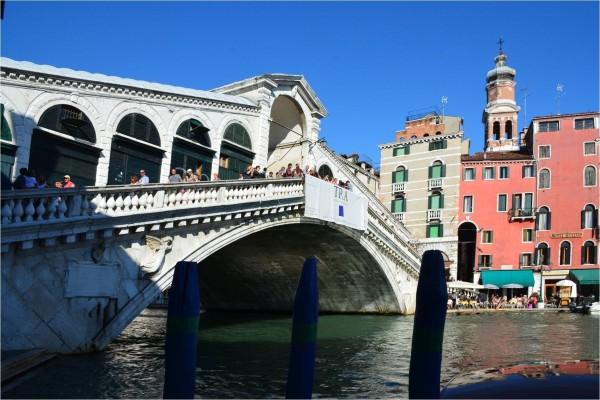 Puente de Rialto, que cruza el Gran Canal de Venecia (Italia)