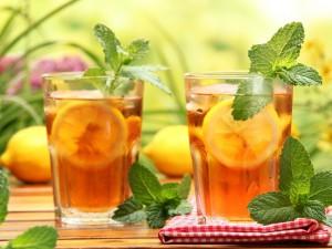 Dos vasos con té helado con limón y menta