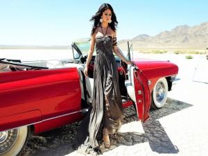 Selena Gomez bajando de un auto rojo