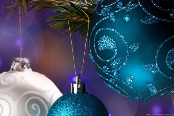 Bolas adornando el árbol de Navidad