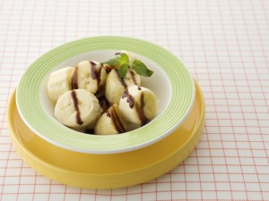 Plátano con sirope de caramelo