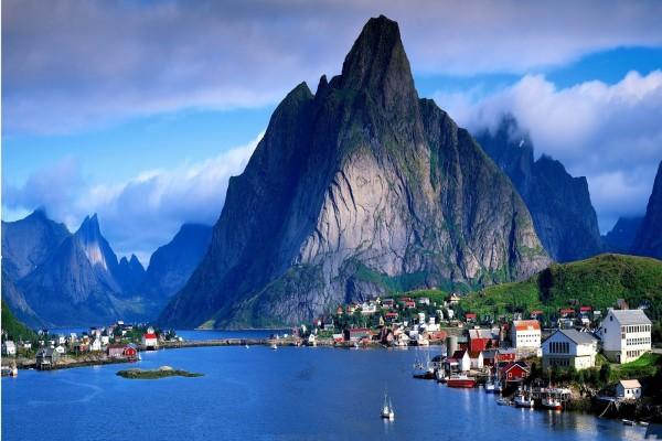 Pueblo asentado a orillas de un lago entre montañas