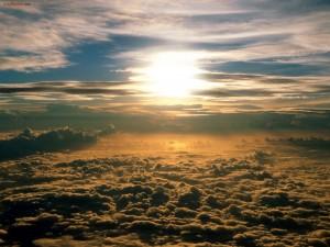 Postal: El Sol sobre un techo de nubes