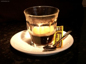 Postal: Café puro en vaso de cristal