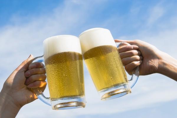 Brindando con jarras de cerveza