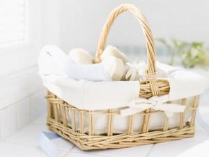 Cesta con toalla, cepillo y jabones