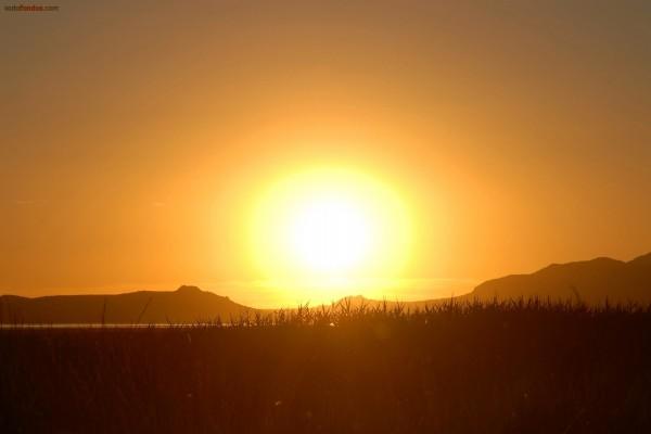 Un gran sol en el horizonte