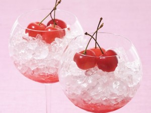 Dos copas con hielo y tres cerezas