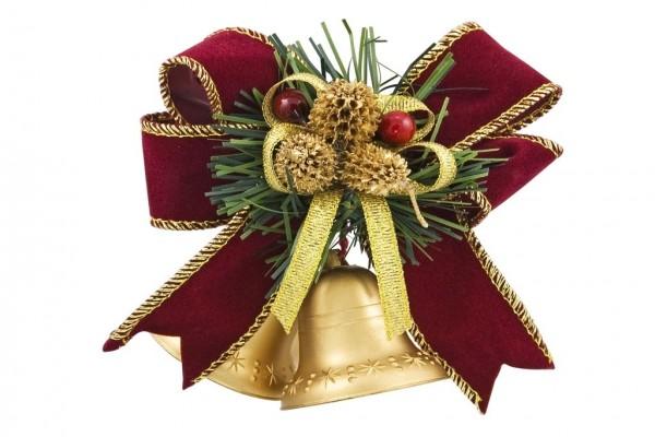 Decoración navideña con los conos de pino y acebo