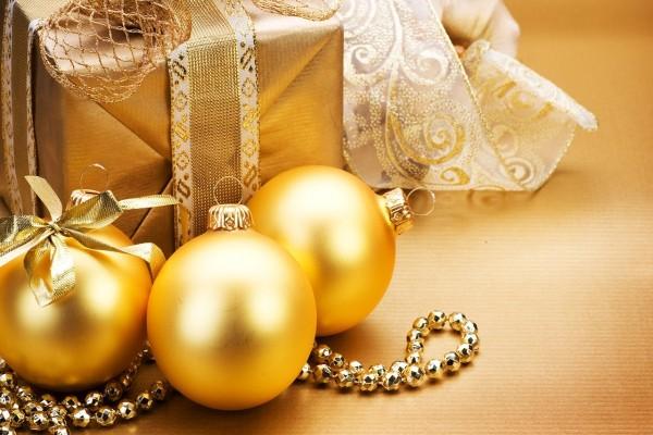 Bolas doradas y regalos de Navidad