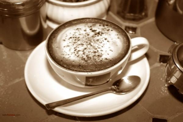 Café con chocolate espolvoreado
