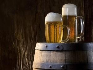 Dos jarras de cerveza rubia