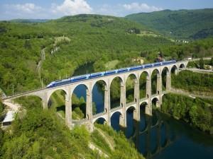 Tren cruzando el Viaducto de Cize-Bolozon (Francia)