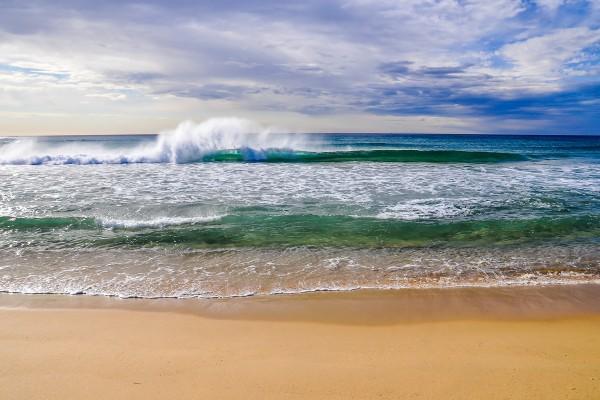 Playa de agua verde y transparente