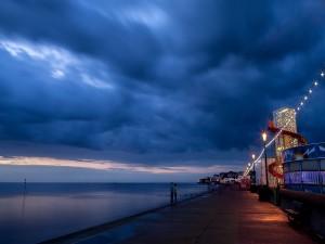 Postal: Paseo nocturno junto al mar