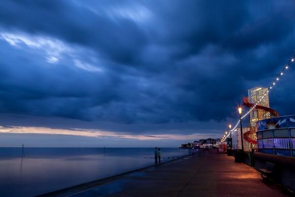 Paseo nocturno junto al mar