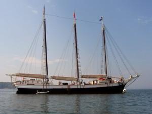 Barco velero de tres velas (recogidas)