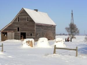Establo de madera en un paisaje nevado