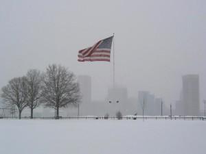 Bandera de Estados Unidos ondeando en un paisaje nevado