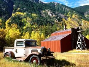 Postal: Coche de época junto a un granero