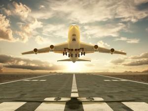 Avión despegando de una pista del aeropuerto