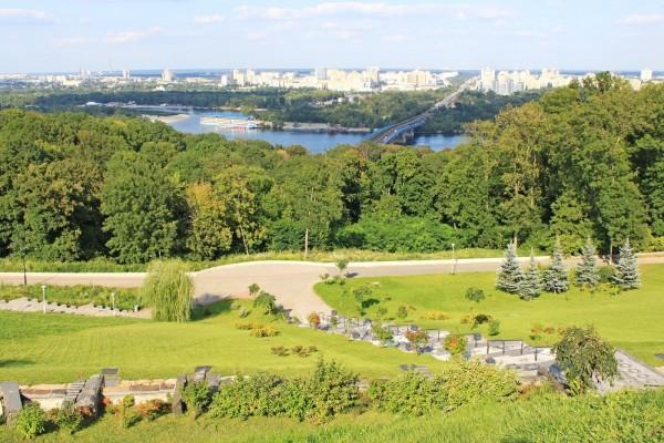 Panorámica de zonas verdes en la ciudad de Kiev (Ucrania)
