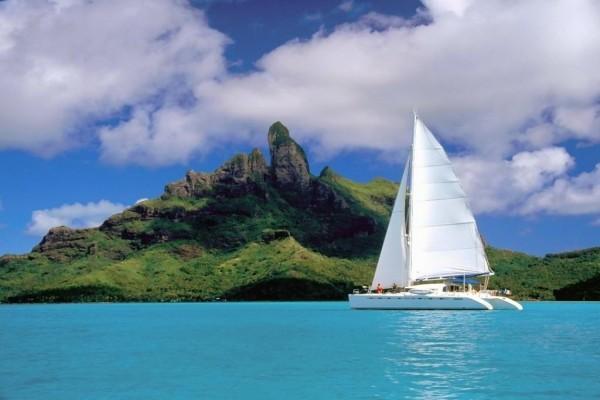 Catamarán a vela surcando aguas azules