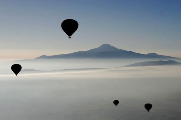 Globos aerostáticos con la montaña de fondo