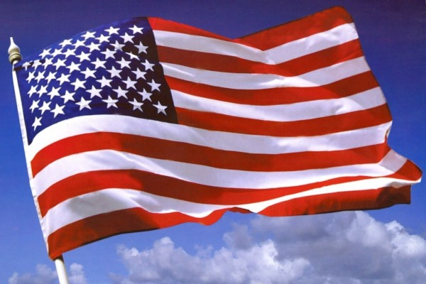 Bandera de Estados Unidos ondeando al viento