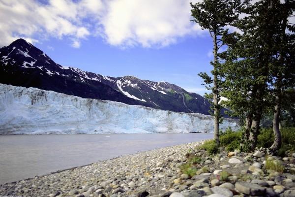 Glaciar al pie de la montaña
